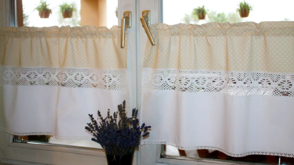 Бабушкины занавески на половину окна