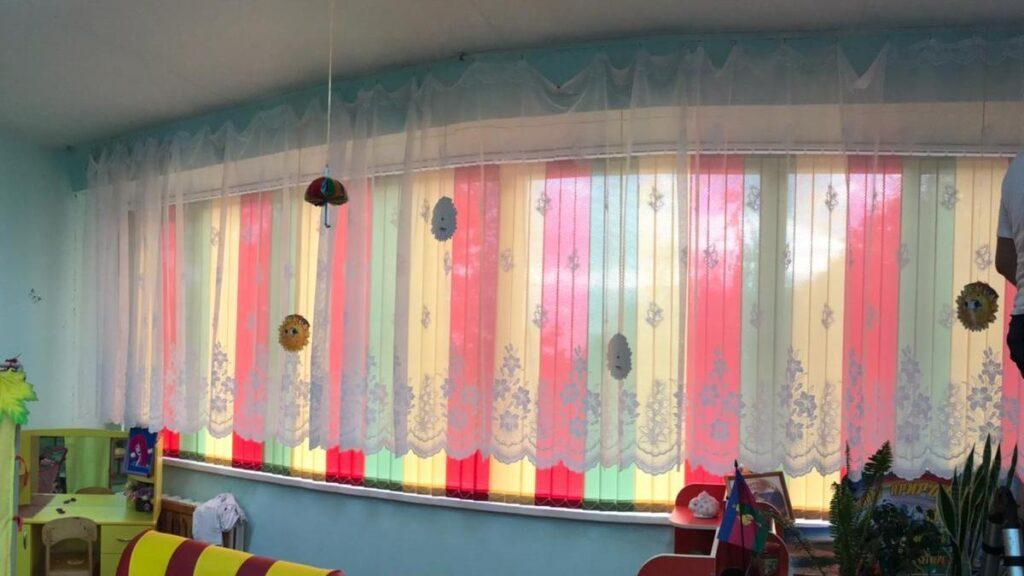 Вертикальные жалюзи с чередование ламелей в детской комнате